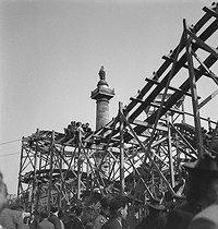 Roger-Viollet | 409223 | World War II. Foire du Trône fun fair, place de la Nation. Fairground attraction. Paris. | © Gaston Paris / Roger-Viollet