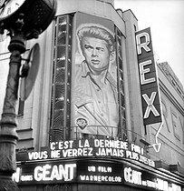 Roger-Viollet   409245   Portrait of James Dean (1931-1955), American actor, on a poster of his last film  Giant  by George Stevens. Paris, Rex movie theatre, 1956.   © Roger-Viollet / Roger-Viollet