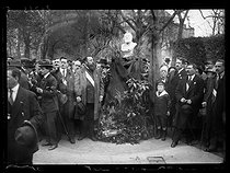 Roger-Viollet | 409522 | Rally in memory of Jean Jaurès (1859-1914), French politician, after the acquittal of his assassin, Raoul Villain (1885-1936). Officials in front of the bust of Jaurès. Paris, on April 6, 1919. Photograph published in the newspaper  Excelsior  on Monday, April 7, 1919. | © Excelsior - L'Equipe / Roger-Viollet