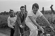 Roger-Viollet | 410308 | Gilles Pernet, French journalist at L'Equipe, Bernard Hinault and Bernard Tapie, at the time of purchase of the brands  Look  and  La Vie Claire . | © Jacques Cuinières / Roger-Viollet