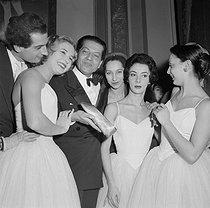 Roger-Viollet | 410630 | Remise du Chausson d'or à Serge Lifar (1905-1986), danseur et chorégraphe français d'origine russe. Opéra de Paris, 18 décembre 1955. | © Boris Lipnitzki / Roger-Viollet