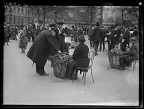 Roger-Viollet | 412318 | Selling of lily of the valley. Paris, 1st May 1921. Photograph from the French newspaper  Excelsior . | © Excelsior - L'Equipe / Roger-Viollet
