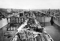 Roger-Viollet | 413195 | PANAMA CANAL - LOCKS IN CONSTRUCTION | © Jacques Boyer / Roger-Viollet