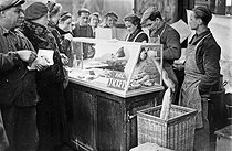 Roger-Viollet | 413897 | World War Two. Selling sandwiches  with coupons . | © Roger-Viollet / Roger-Viollet
