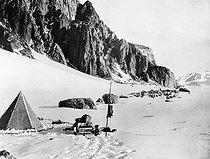 Roger-Viollet | 413990 | Campement d'une expédition polaire. | © Léopold Mercier / Roger-Viollet