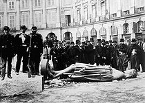 Roger-Viollet | 416637 | Paris Commune (1871). Knocked down statue of Napoleon I Bonaparte, by Antoine-Denis Chaudet (1763-1810). Paris (Ist arrondissement), place Vendôme, on May 16, 1871. | © Roger-Viollet / Roger-Viollet