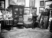 Roger-Viollet | 417452 | Jean Misceslas Peské (1870-1949), French painter and engraver, in his studio. | © Pierre Choumoff / Roger-Viollet