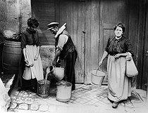 Roger-Viollet | 417999 | Water carrier in Montmartre. Paris, around 1910. | © Roger-Viollet / Roger-Viollet
