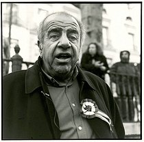 Roger-Viollet | 418296 | Roland Castro (born in 1940), French architect and political activist, running for the 2007 presidential elections, taking part in a rally for the defence of secularity. Paris, on December 10, 2005. | © Catherine Deudon / Roger-Viollet