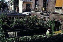 Roger-Viollet | 418820 | Washing line, Villa de l'Ermitage, in the district of Belleville. Paris (XXth arrondissement), September 1969. Photograph by Léon Claude Vénézia. | © Léon Claude Vénézia / Roger-Viollet