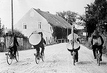 Roger-Viollet | 421071 | World War II. Musicians on tour in the countryside. France. | © LAPI / Roger-Viollet