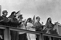 Roger-Viollet   421725   Official stand : Fidel Castro (in the background) with Ernesto Guevara, Osvaldo Dorticos Torrado and Raúl Castro. Santiago de Cuba (Cuba), on July 26, 1965   © Gilberto Ante / BFC / Roger-Viollet