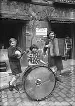 Roger-Viollet | 422084 | Pupils of the  Conservatoire des gosses de la Butte , place du Tertre in Montmartre opened under Olga Regnault's direction in 1940. Paris (XVIIIème arrondissement). | © Albert Harlingue / Roger-Viollet