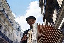 Roger-Viollet | 422232 | Mr Avard, accordionist and musician, rue Saint-Sabin. Paris, 1975. Photograph by Léon Claude Vénézia (1941-2013). | © Léon Claude Vénézia / Roger-Viollet