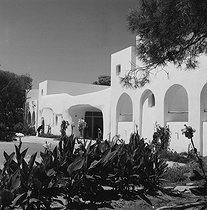 Roger-Viollet | 422703 | Sidi Ferruch (Algeria). The entrance of the El Riadh hotel (Fernand Pouillon architect, 1968). 1970. | © Roger-Viollet / Roger-Viollet