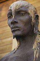 Roger-Viollet | 426391 | Le Guerrier debout (série Masaï) | © Béatrice Soulé / Roger-Viollet
