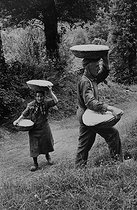 Roger-Viollet | 427351 | Breadmaking. Bread carried in baskets. Corrèze (France), 1966. Photograph by Jean Marquis (1926-2019). | © Jean Marquis / Roger-Viollet