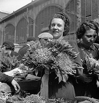 Roger-Viollet | 431197 | War 1939-1945. Sale of the lily of the valley to the Markets. Paris, April 29, 1944. | © LAPI / Roger-Viollet