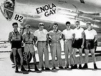Roger-Viollet | 432669 | Guerre 1939-1945. Equipage du bombardier B-29  Enola Gay  et le pilote Paul Tibbets (1915-2007), au milieu, en charge du largage de la bombe atomique sur Hiroshima (Japon) le 6 août 1945. Archipel des Mariannes. | © Bilderwelt / Roger-Viollet