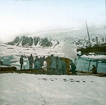Roger-Viollet | 433002 | Andree expedition to the North Pole. Spitzbergen, landing of the balloon's nacelle. 1897. Detail of a colorized stereoscopic view. | © Léon & Lévy / Roger-Viollet