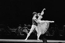 Roger-Viollet | 434605 |  Roméo et Juliette , choreography by Rudolf Nureyev, music by Sergei Prokofiev. Monique Loudières and Patrick Dupond. Paris, Palais des Congrès, April 1985. | © Colette Masson / Roger-Viollet