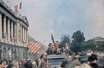 Roger-Viollet | 435198 | World War II. Joyous crowd celebrating the Liberation of Paris, place de la Concorde. Paris. Photograph by André Zucca (1897-1973). Bibliothèque historique de la Ville de Paris. | © André Zucca / BHVP / Roger-Viollet