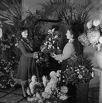 Roger-Viollet | 435804 | Flower seller. France, circa 1945. | © Gaston Paris / Roger-Viollet