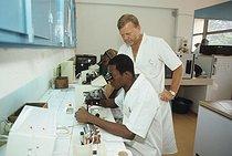 Roger-Viollet | 435997 | Information sur les risques du Sida par l'Institut Pasteur. Le Docteur Alain Georges dans l'un des laboratoires de l'Institut. Hôpital de Bangui, Centrafrique, 1990. | © Jean-Régis Roustan / Roger-Viollet