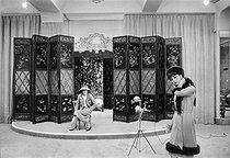 Roger-Viollet | 437517 | Coco Chanel (1883-1971), couturière française et Marie-Hélène Arnaud (1934-1986), mannequin vedette. Paris, août 1958. | © Bernard Lipnitzki / Roger-Viollet