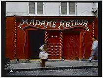 Roger-Viollet | 439551 |  Madame Arthur , cabaret, 75 bis rue des Martyrs. Paris (XVIIIth arrondissement), 1981. Photograph by Felipe Ferré (born in 1934). Paris, musée Carnavalet. | © Felipe Ferré / Musée Carnavalet / Roger-Viollet