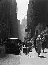 Roger-Viollet | 443890 | Street scene. Chicago (Illinois, United States), circa 1930. | © Laure Albin Guillot / Roger-Viollet