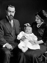 Roger-Viollet | 444613 | Kokochinsky and his family, Russian expatriates, after 1917. Photo Choumov. | © Pierre Choumoff / Roger-Viollet