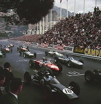 Roger-Viollet | 445110 | Start of the Monaco Grand Prix. N°18 Jim Clark in Lotus-Climax 25, N°40 Willy Mairesse in Ferrari 156. 1962. | © Roger-Viollet / Roger-Viollet
