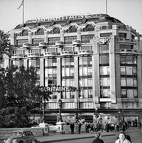 Roger-Viollet | 445265 | The Samaritaine department store, quai du Louvre. Paris (Ist arrondissement), March 1962. | © Roger-Viollet / Roger-Viollet