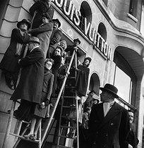 Roger-Viollet   447451   World War II. Onlookers at the parade of November 11, 1944.   © Pierre Jahan / Roger-Viollet