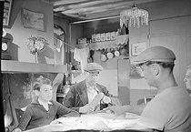 Roger-Viollet   447700   Guerre 1939-1945. Scènes de vie. Repas de famille dans une ferme. Lieu non identifié, 1940-1944. Photographie de René Giton dit René-Jacques (1908-2003). Bibliothèque historique de la Ville de Paris.   © René-Jacques / BHVP / Roger-Viollet