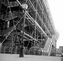 Roger-Viollet | 448475 | Centre national d'art et de culture Georges-Pompidou (Renzo Piano et Richard Rogers, architectes). Paris, avril 1977. | © Roger-Viollet / Roger-Viollet