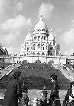 Roger-Viollet | 448704 | Montmartre and the Sacré-Coeur basilica. Paris, 1960's. Photograph by Janine Niepce (1921-2007). | © Janine Niepce / Roger-Viollet