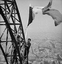 Roger-Viollet | 449125 | French flag on the Eiffel Tower. Paris, 1951. | © Roger-Viollet / Roger-Viollet