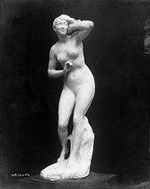 Roger-Viollet | 449184 | Pezieux.  une femme , 1894. Photographie de Léopold Mercier. Paris, musée du Trocadero. | © Léopold Mercier / Roger-Viollet