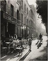 Roger-Viollet | 451513 | Street scene and terrace of a café, boulevard Auguste-Blanqui. Paris (XIIIth arrondissement), 1950-1955. Photograph by Edith Gérin (1910-1997). Bibliothèque historique de la Ville de Paris. | © Edith Gérin / BHVP / Roger-Viollet