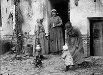 Roger-Viollet | 452341 | Farmers. France, around 1900. | © Roger-Viollet / Roger-Viollet
