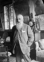 Roger-Viollet | 453512 | Claude Monet (1840-1926), French painter, in his house. Giverny (Eure), around 1915-1920. | © Pierre Choumoff / Roger-Viollet
