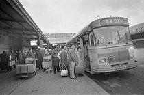 Roger-Viollet | 453688 | Portuguese migrant workers arriving at the Gare d'Austerlitz train station. Paris, 1970's. | © Georges Azenstarck / Roger-Viollet