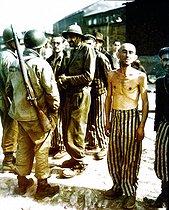 Roger-Viollet | 454076 | Guerre 1939-1945. Soldats de l'armée américains et anciens prisonniers du camp de concentration de Buchenwald (Allemagne), 18 avril 1945. | © Bilderwelt / Roger-Viollet