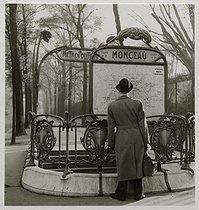 Roger-Viollet   454670   Entrance of the Monceau metro station and gates of the Monceau park. Paris (VIIIth arrondissement), 1936. Photograph by Roger Schall (1904-1995). Paris, musée Carnavalet.   © Roger Schall / Musée Carnavalet / Roger-Viollet