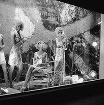 Roger-Viollet | 457069 | Display mannequins in a shop window of the Galeries Lafayette department store. Paris (IXth arrondissement), June 1972. | © Roger-Viollet / Roger-Viollet