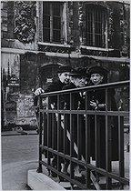 Roger-Viollet | 457244 | Through the streets of Paris. Old women, rue du Petit Musc. Paris (IVth arrondissement), 1951. Photograph by Jean Marquis (1926-2019). Bibliothèque historique de la Ville de Paris. | © Jean Marquis / BHVP / Roger-Viollet