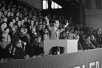 Roger-Viollet | 462599 | Jacques Chirac (born in 1932), mayor of Paris, making a speech during a meeting of the Rally for the Republic political party (R.P.R., Rassemblement Pour la République). On the left, in the background : Alain Carignon. Pantin (France), 1978. | © Jacques Cuinières / Roger-Viollet