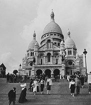 Roger-Viollet | 463571 | The Sacré-Coeur basilica, in Montmartre district. Paris, 1956. Photograph by Janine Niepce (1921-2007). | © Janine Niepce / Roger-Viollet